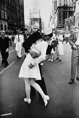 Legendary_kiss_V–J_day_in_Times_Square_Alfred_Eisenstaedt